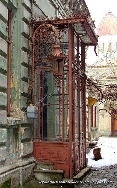Żeliwne zdobienia domu w stylu wiktoriańskim