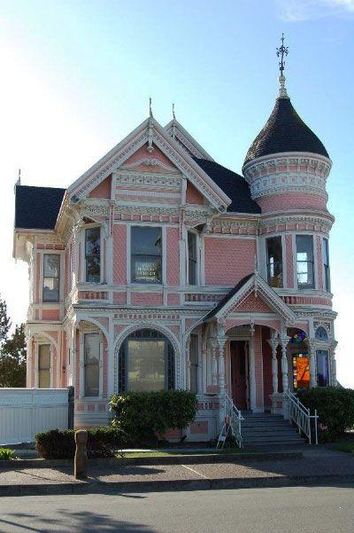 Różowy dom w stylu wiktoriańsim
