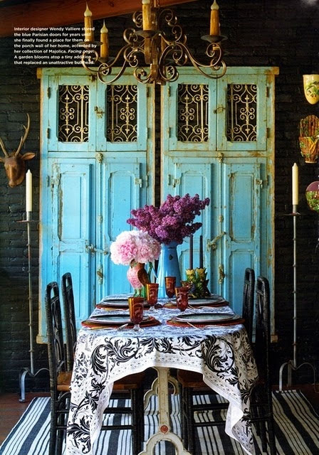 Wnętrze w stylu boho ze starą szafą
