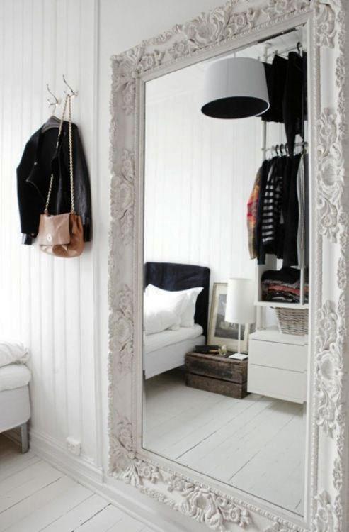 Duże lustro na ścianie
