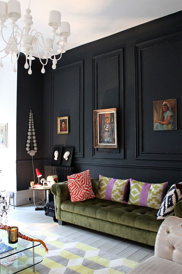 Stylowy salon z czarną ścianą